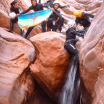Drapeau berbère et groupe durant le canyon de Mariwate.